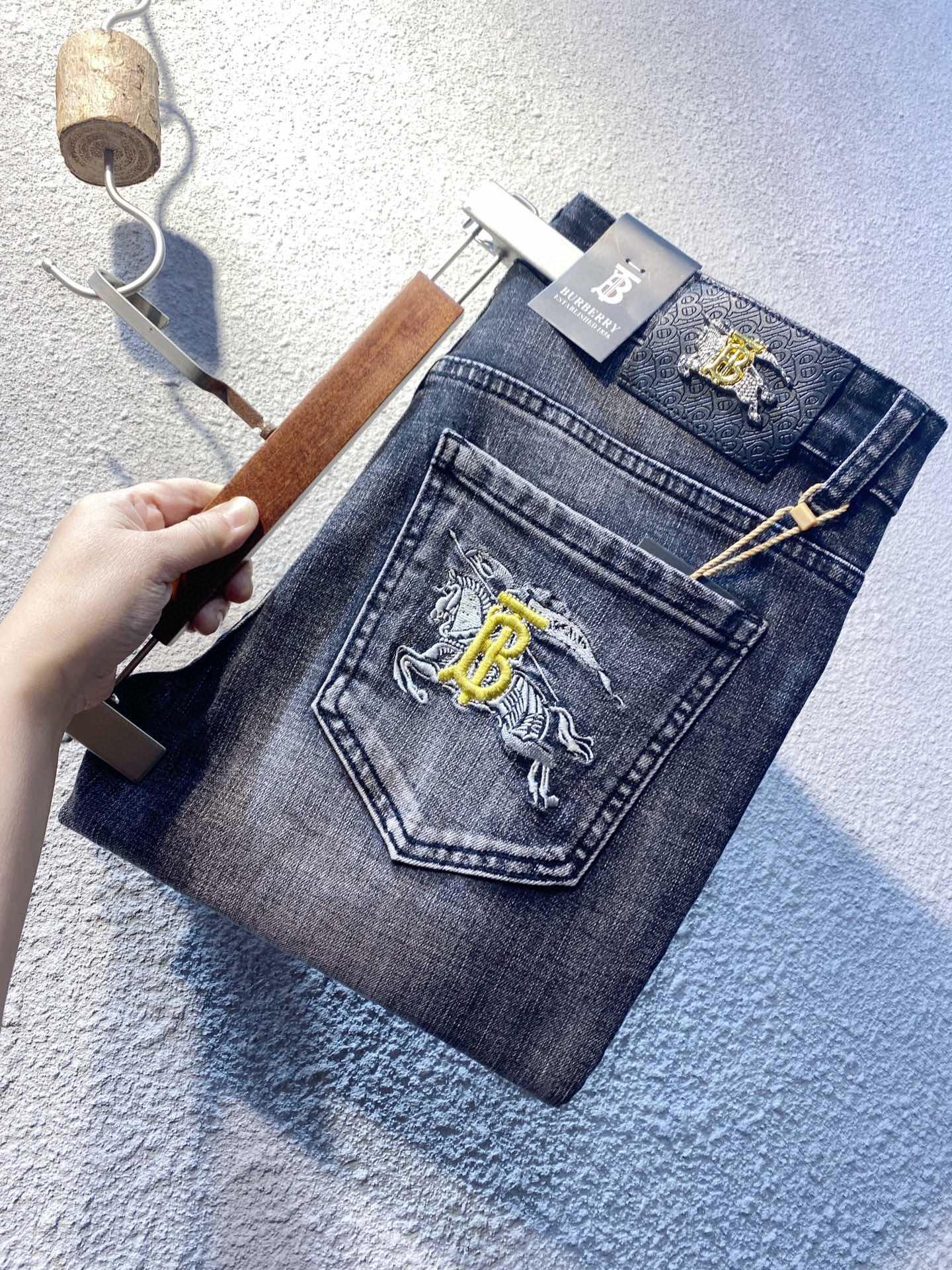 牛仔褲【男士精品】Burberry牛仔褲 男士牛仔褲 修身小腳牛仔褲 潮牌牛仔褲 刺繡logo 彈力牛仔褲 牛仔長褲男褲