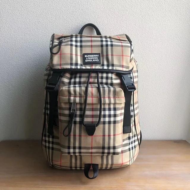 《G》Burberry 巴寶莉 頂級原單 遠足旅行風格雙肩包 後背包 男包 裝飾煥新的品牌徽標。前胸背帶設計,搭配多個口