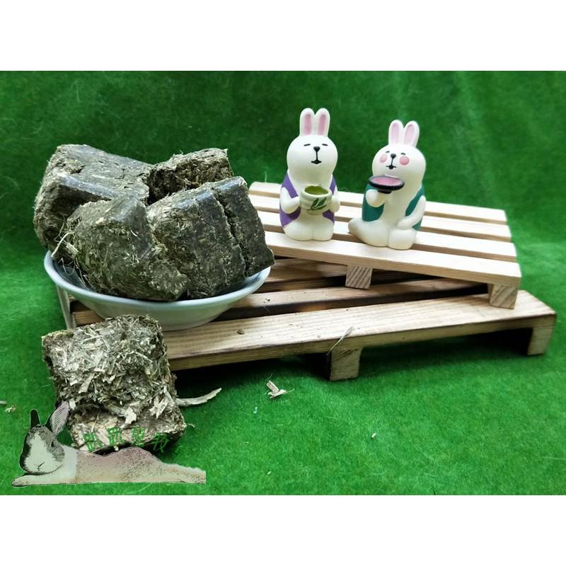 ◆趴趴兔牧草◆美國苜蓿草磚 300克 磨牙點心 兔 天竺鼠