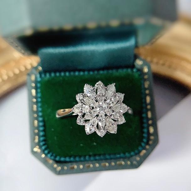 璽朵珠寶 [ 18K金 花瓣 放大 鑽石戒指 ] 微鑲工藝 精品設計 鑽石權威 婚戒顧問 婚戒第一品牌 鑽戒 GIA